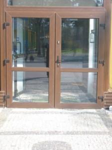 drzwi do klatki w nowym blokowisku