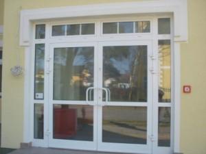 drzwi wejściowe do kliniki medycznej