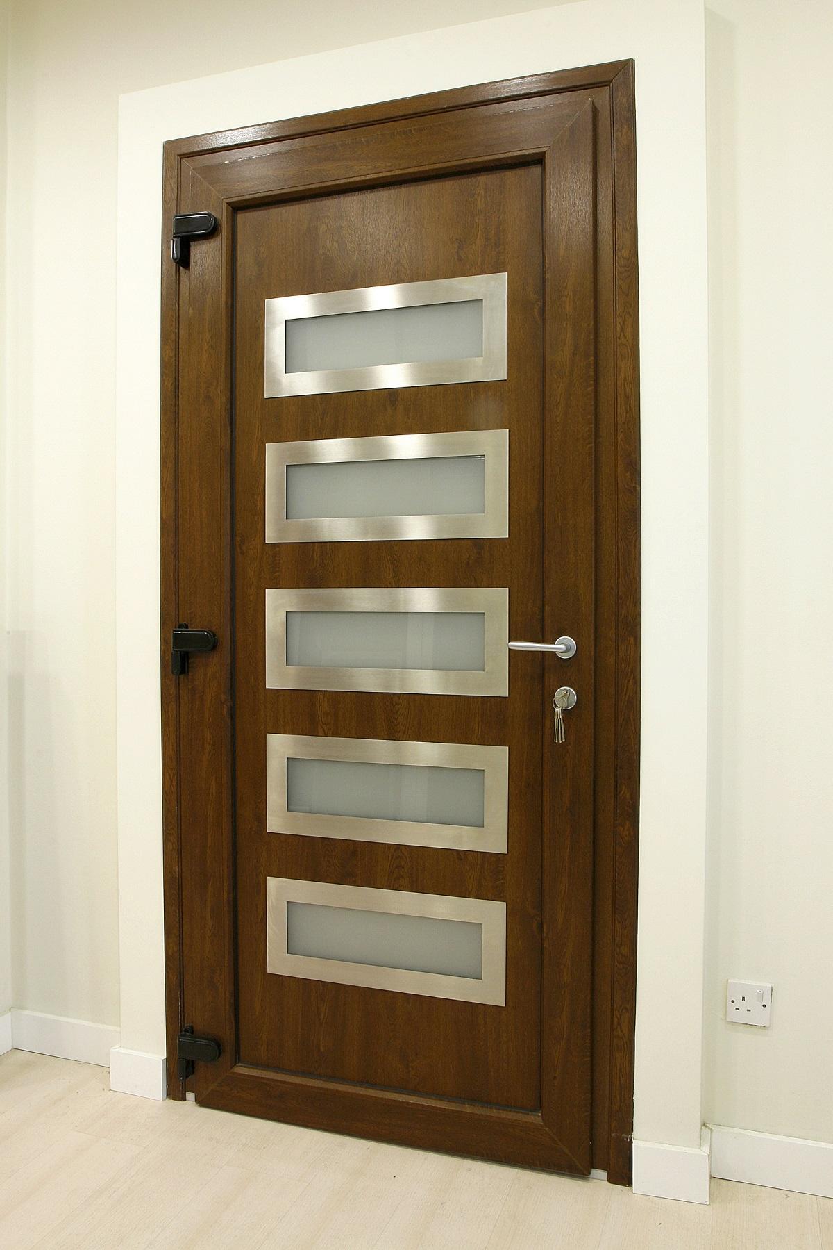 drzwi do pokoju z przezroczystymi wstawkami