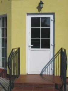 białe drzwi wejściowe zewnętrzne pcv