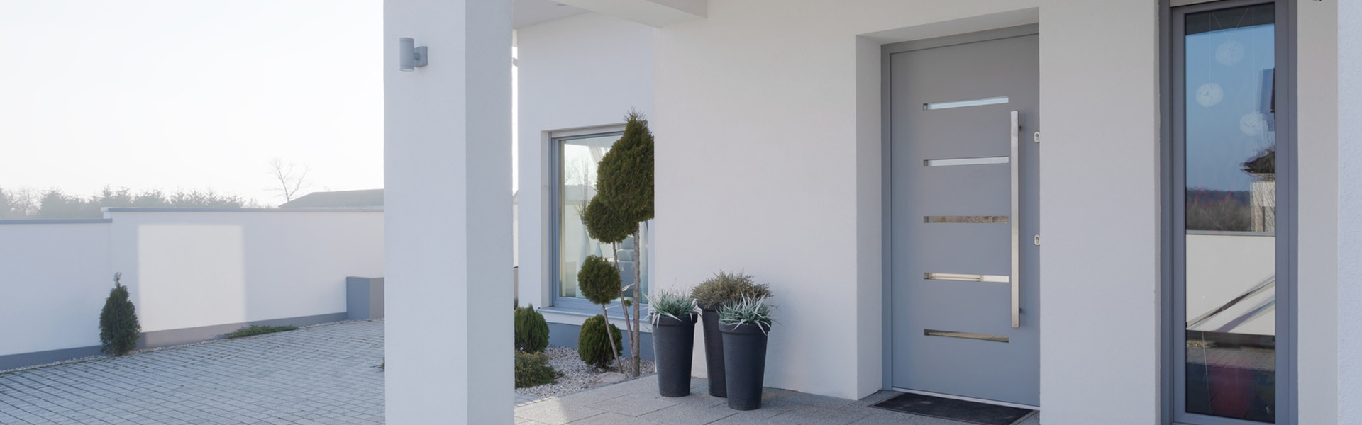 zamontowane nowe drzwi wejściowe