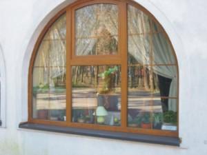 piepkne półokrągłe stylowe okno w restauracji