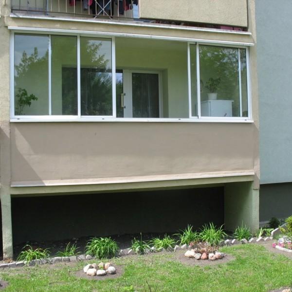 Mieszkanie na parterze z zabudową balkonową zmniejszającą ryzyko włamania