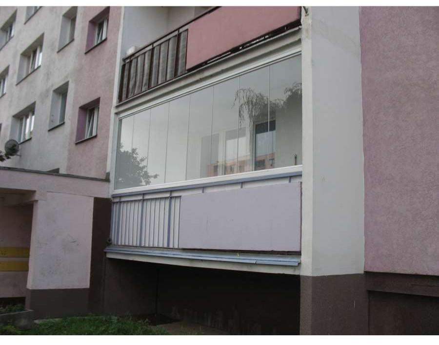 bezramowa zabudowa balkonu w Szczecinie szybami