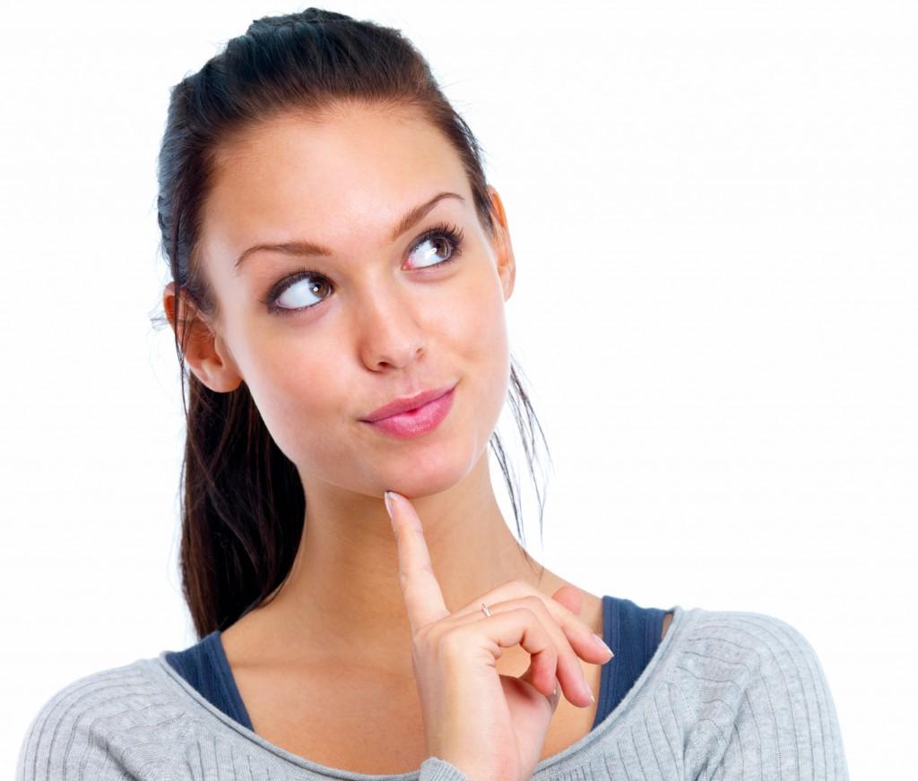 Kobieta zastanawiająca się nad pielęgnacją okien