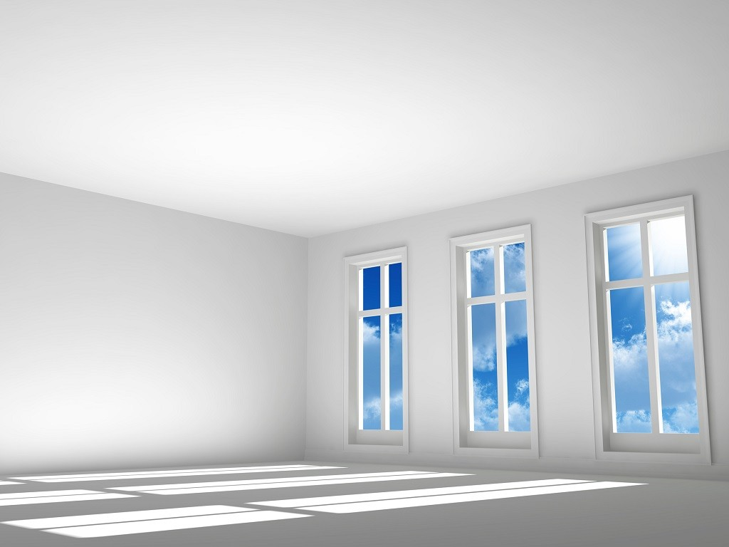 trzy idealnie białe okna na białej ścianie w pustym pokoju