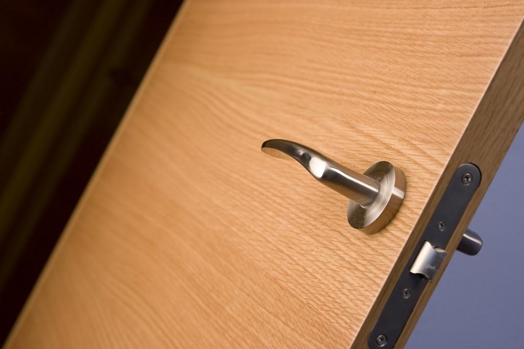 drzwi wejściowe do mieszkania w bloku