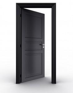 pojedyncze drzwi ciemne otwarte na białej przestrzeni