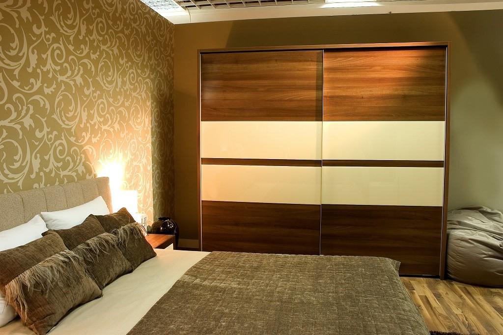 Brązowa szafa przesuwna w sypialni
