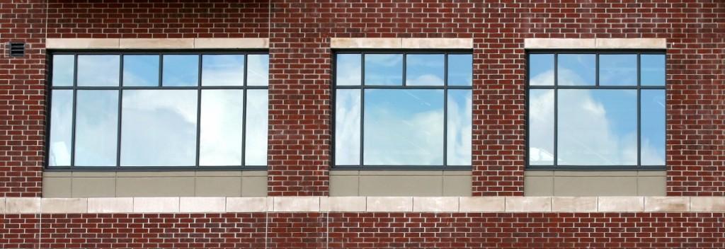 Trzy równoległe okna plastikowe