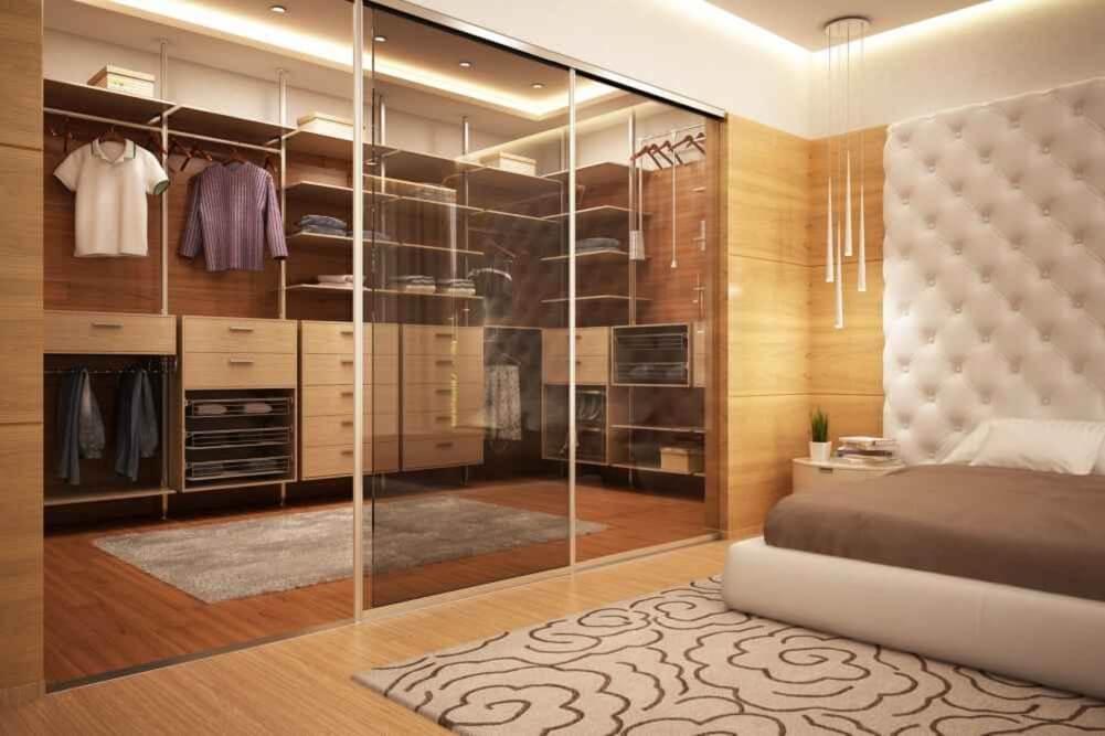 piękna szafa z drzwiami szklanymi